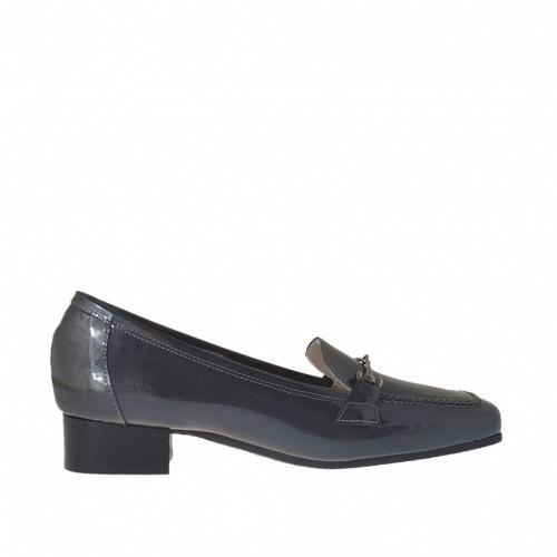 Mocassino con accessorio da donna in vernice grigia tacco 2 - Misure disponibili: 42