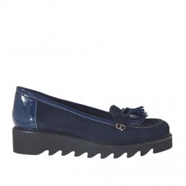 Zapato mocasin para mujeres con flecos y borlas en gamuzaz y charol de color azul con cuña 3 - Tallas disponibles:  32, 44