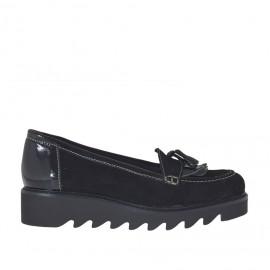 Zapato mocasin para mujere con flecos y borlas en gamuzaz y charol de color negro con cuña 3 - Tallas disponibles:  43