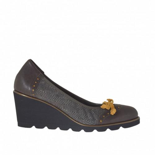Zapato de salon para mujer con moño ocre en piel y piel nobuk imprimida marron oscura cuña 6 - Tallas disponibles:  34, 42