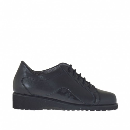 Chaussure à lacets pour femmes en cuir et cuir verni noir talon compensé 3 - Pointures disponibles:  33, 44