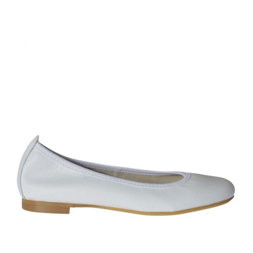 Woman's ballerina shoe with rounded tip in white leather heel 1 - Available sizes:  33