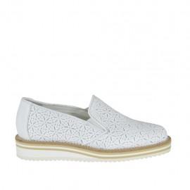 Mocassin pour femmes avec elastiques en cuir perforé blanc talon compensé 2 - Pointures disponibles:  32, 34, 43, 44