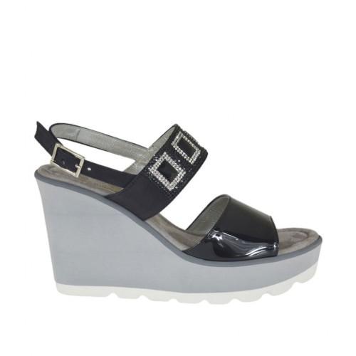Sandale pour femmes en cuir verni et nubuck noir avec strass, plateforme et talon compensé 8 - Pointures disponibles:  31, 32, 42, 43, 44, 45