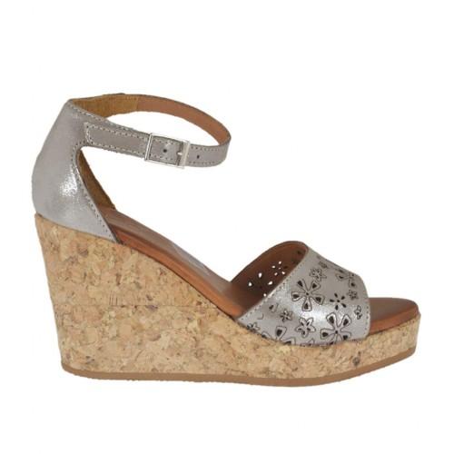 Chaussure ouvert pour femmes avec courroie en daim perforé lamé taupe avec plateforme et talon compensé 8 - Pointures disponibles:  42, 43, 44, 45