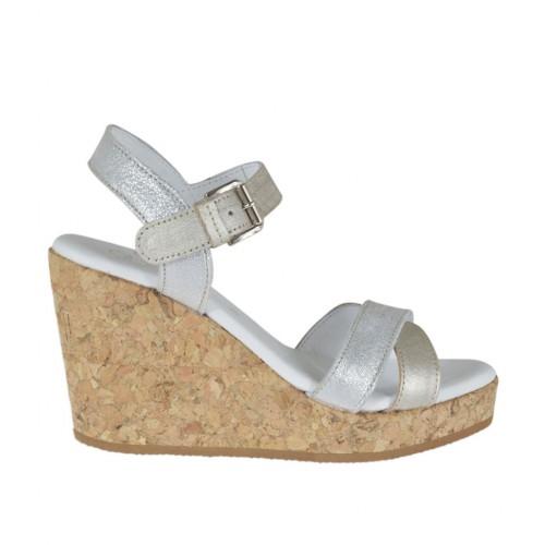 Sandalo da donna in pelle laminata argento e platino con cinturino, plateau e zeppa 8 - Misure disponibili: 42, 43