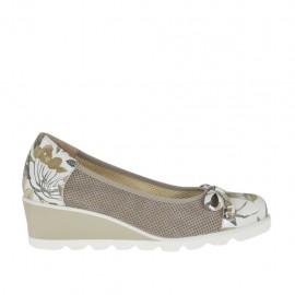 Zapato de salon para mujer con moño en piel blanca imprimida floreal y gamuza perforada gris pardo cuña 4 - Tallas disponibles: 32, 33, 34, 42, 43, 44, 45