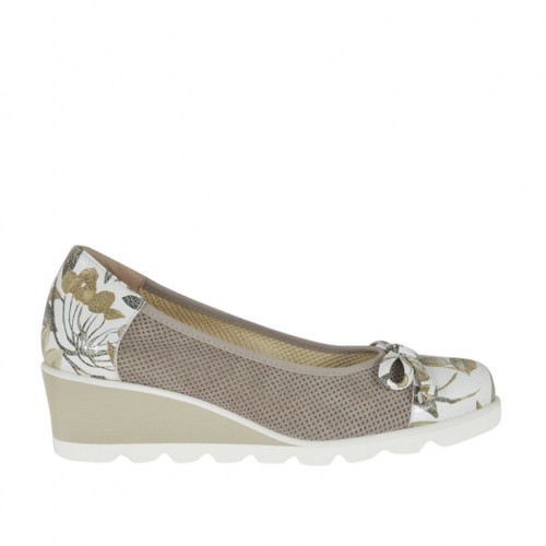 Woman's pump with bow in floral printed white leather and taupe pierced suede wedge 4 - Available sizes:  42