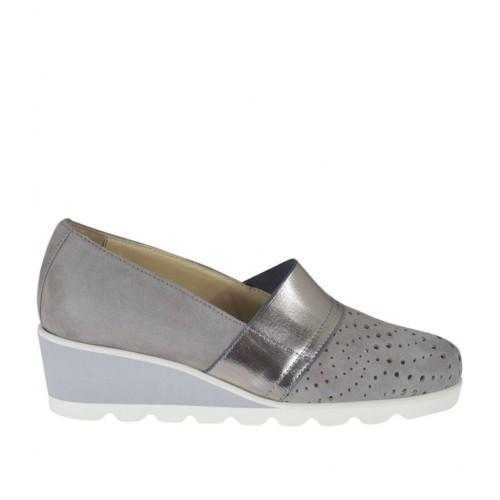 Scarpa accollata da donna con elastico in camoscio forato grigio e pelle laminata argento zeppa 4 - Misure disponibili: 42, 43, 44, 45