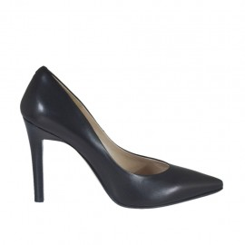 Woman's pointy pump in black leather heel 9 - Available sizes:  31, 46