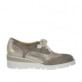 Zapato cerrado para mujer con cordones y estras en piel laminada platino y gamuza gris pardo cuña 4 - Tallas disponibles:  43, 44, 45