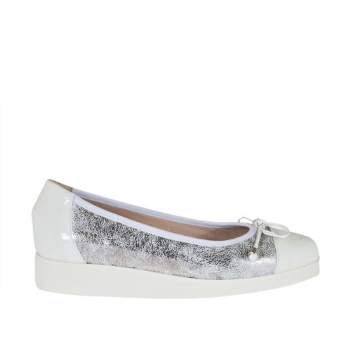 Woman's pump with bow in white patent leather and silver laminated printed leather wedge 3 - Available sizes:  44