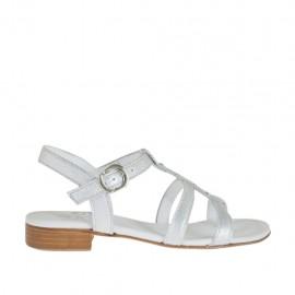Sandalia para mujer con cinturon y tachuelas en piel laminada plateada tacon 2 - Tallas disponibles:  32, 33, 34, 44, 45