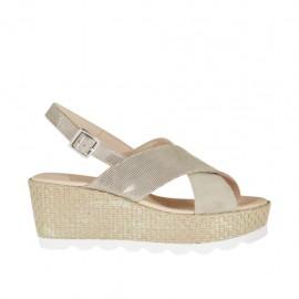 Sandalia para mujer en gamuza imprimida beis brillante y cuerda platino laminado con plataforma y cuña 6 - Tallas disponibles:  46