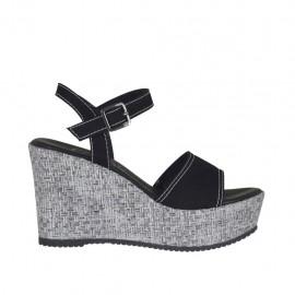 Sandalia para mujer en gamuza negra y tejido plateado laminado con  cinturon, plataforma y cuña
