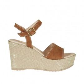 Sandalia para mujer en gamuza color cuero y cuerda platino laminado con cinturon, plataforma y cuña 9 - Tallas disponibles:  46