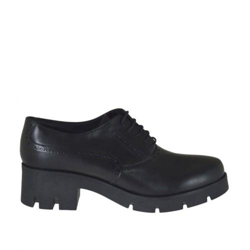 newest collection f5a9d 83d22 Scarpa stringata da donna modello Oxford in pelle nera con tacco 6