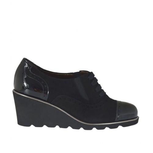 3fbe25169508b Zapato para mujer con cordones y elasticos en gamuza y charol negro cuña 6  - Tallas
