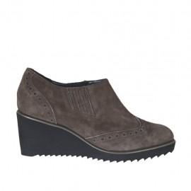 Woman's highfronted shoe with elastic bands in taupe suede wedge 6 - Available sizes:  42, 43