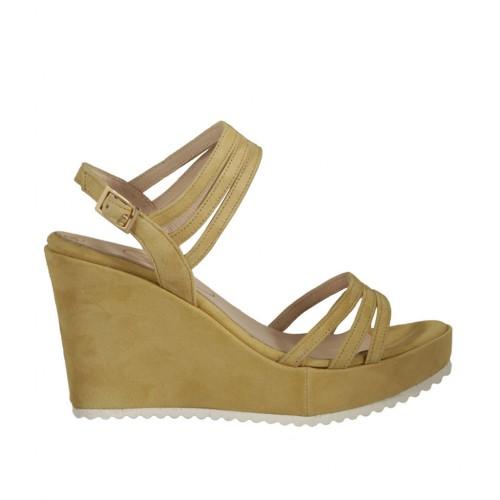 08c9f2af931 Sandalia para mujer en gamuza amarillo con plataforma y cuña 8 - Tallas  disponibles  32