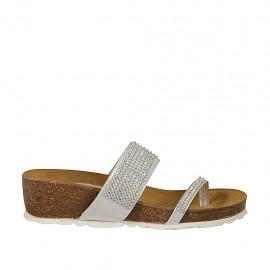 Offene Zehenpantolette für Damen aus silbernem Leder mit Strasssteinen und Keilabsatz 4 - Verfügbare Größen:  42, 43