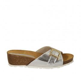 Damenpantoletten aus silbernem laminiertem Leder mit Schnalle Keilabsatz 4 - Verfügbare Größen:  42, 43, 44