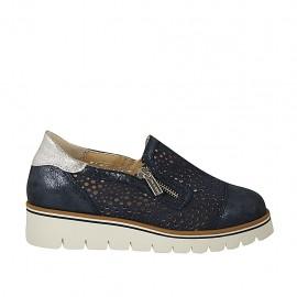 Chaussure avec fermetures éclair et semelle amovible en daim perforé et lamé bleu et cuir lamé argent talon compensé 3 - Pointures disponibles:  43