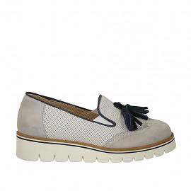 Mocasín para mujer con elasticos, borlas y plantilla extraible en gamuza perforada blanca, gris y azul cuña 3 - Tallas disponibles:  34, 44