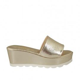 Offene Damenpantoletten aus platinfarbenem laminiertem Lackleder mit Keilabsatz 6 - Verfügbare Größen:  43