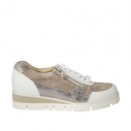 Chaussure pour femmes à lacets avec fermeture éclair en daim taupe, cuir blanc et cuir imprimé lamé argent talon compensé 3 - Pointures disponibles:  45