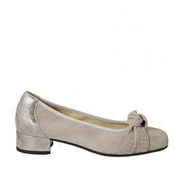 Damenpump mit Schleife und Nieten aus taupefarbenem Wildleder und silbernem laminiertem bedrucktem Leder Absatz 3 - Verfügbare Größen:  34, 42, 43, 45