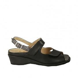 Sandalo da donna con velcro e plantare estraibile in pelle nera e tessuto stampato laminato argento tacco 4 - Misure disponibili: 31