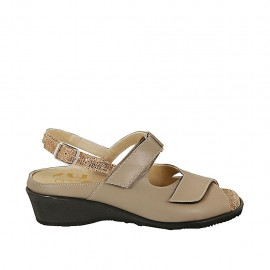 Sandalo da donna con velcro e plantare estraibile in pelle taupe e tessuto stampato laminato bronzo tacco 4 - Misure disponibili: 31, 44