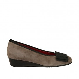 Woman's pump shoe with accessory in black leather and taupe suede wedge heel 3 - Available sizes:  33, 34, 42, 43, 44