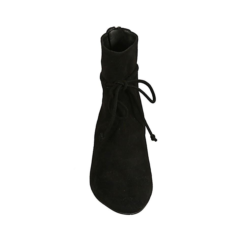 Spitze Damenstiefelette mit Reissverschluss und Schnüren aus schwarzem Wildleder Absatz 2