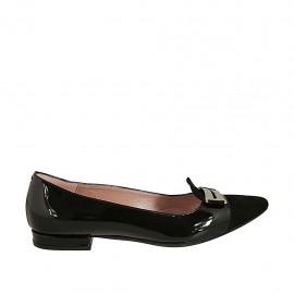 Spitzer Mokassinschuh für Damen mit Accessoire aus schwarzem Lack- und Wildleder Absatz 1 - Verfügbare Größen:  33, 34, 42, 44