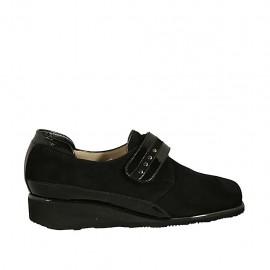 Zapato para mujer con velcro y tachuelas en gamuza y charol negro cuña 3 - Tallas disponibles:  33, 34, 43, 44