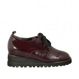 Chaussure derby à lacets pour femmes avec semelle amovible en cuir vernis martelé bordeaux talon compensé 4 - Pointures disponibles:  34, 43, 44, 45
