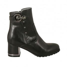 Damenstiefelette mit Reißverschluss, Schnalle und Nieten aus schwarzem Leder mit verchromtem Absatz 5 - Verfügbare Größen:  33