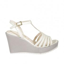 Sandalo da donna in pelle bianca e tessuto laminato argento con cinturino charleston, plateau e zeppa 9 - Misure disponibili: 31, 32, 33, 34