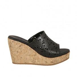 Offene Damenpantoletten aus schwarzfarbigem perforiertem Leder mit Plateau und Keilabsatz 9 - Verfügbare Größen:  32, 33, 34, 42, 43, 44, 45