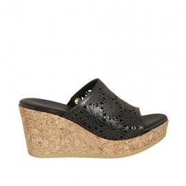 Offene Damenpantoletten aus schwarzfarbigem perforiertem Leder mit Plateau und Keilabsatz 7 - Verfügbare Größen:  32, 33, 34, 42, 43, 44