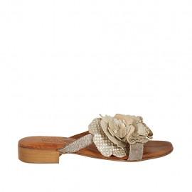 Sabot da donna con fiore in pelle laminata e stampata platino e taupe tacco 2 - Misure disponibili: 32, 33, 34, 42, 43, 44, 45