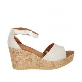 Zapato abierto para mujer con cinturon y plataforma en gamuza beis claro cuña 7 - Tallas disponibles:  32, 33, 34
