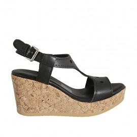 Sandalo da donna in pelle forata nera con plateau e zeppa 7