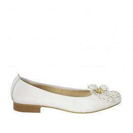 Bailarina para mujer con flor en piel blanca y oro tacon 2 - Tallas disponibles:  42, 43, 44, 45
