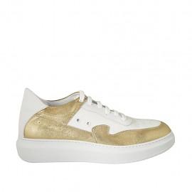 Scarpa sportiva stringata da donna in pelle bianca e pelle laminata oro zeppa 4 - Misure disponibili: 42, 43, 44, 45
