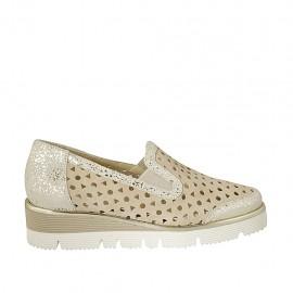 Zapato cerrado para mujer con elasticos en gamuza perforada beis y laminada platino cuña 4 - Tallas disponibles:  32, 33, 34, 42, 43, 44, 45