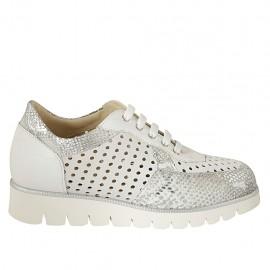 Chaussure à lacets pour femmes avec semelle amovible en cuir, daim perforé blanc et cuir imprimé argent talon compensé 3 - Pointures disponibles:  32, 33, 34, 42, 43, 44