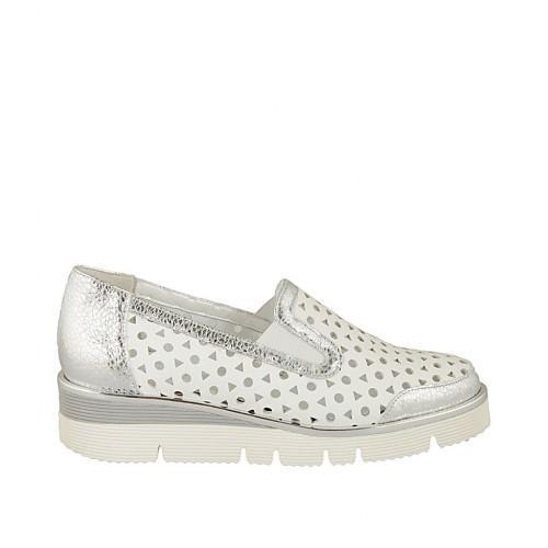 Zapato para mujer con elasticos en piel perforada blanca y laminada plateada cuña 3 - Tallas disponibles:  32, 33, 34, 42, 43, 44